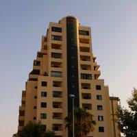 Отель разной этажности и цвета. :: Mila .