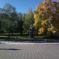 Памятник и прохожий :: Николай Филоненко