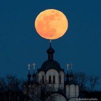 Полная луна над куполами Сухотинского Знаменского монастыря :: Сергей
