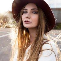 Портрет красивой девушки в шляпе на фоне с бликом солнца :: Lenar Abdrakhmanov