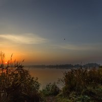 Я хожу, грущу один,  Осень рядом где-то.  Жёлтым листиком в реке Утонуло лето. :: Павел Петрович Тодоров