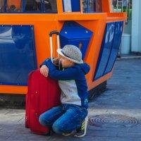 Мальчик с красным чемоданом :: Alla S.