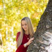 Девушка у дерева :: Николай Гейкер
