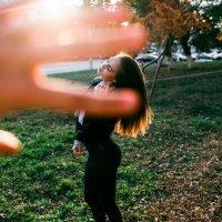 Красивая девушка распустила волосы на закате с ярким солнцем осенью :: Lenar Abdrakhmanov