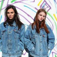 Красивые девушки в джинсовке на крыше на фоне стены с граффити :: Lenar Abdrakhmanov