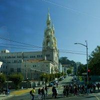 Церковь св. ап. Петра и Павла в Сан Франциско (фото 1, из автобуса) :: Юрий Поляков