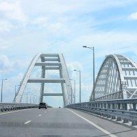 С ветерком по Крымскому мосту. :: Лариса Исаева