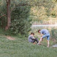 Молодая пара на берегу пруда :: Людмила Лебедева