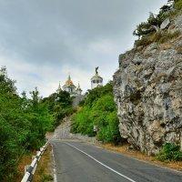 По шоссе к храму :: Mikhail Irtyshskiy