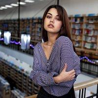 Красивая девушка в библиотеке в полосатой рубашке :: Lenar Abdrakhmanov