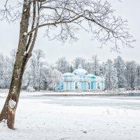 Грот и снег вокруг :: Юлия Батурина