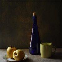 С синей бутылкой и яблоками :: Николай