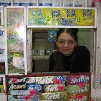 Девушка в окне торговой палатки. Воронеж, 2009г. :: Gen Vel
