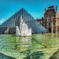 бассейн перед пирамидой Лувра :: Георгий А