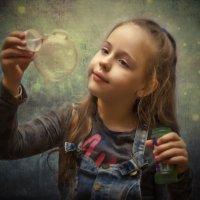 Волшебные шары. Дашенька внучка. :: Александр Шмалёв