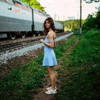 Девушка в голубом платье стоит на тропинке мимо проезжающего поезда в лесу :: Lenar Abdrakhmanov