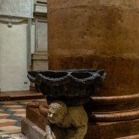 Верона. Церковь Святой Анастасии. Горбун, поддерживающий водосвятную чашу. :: Надежда Лаптева