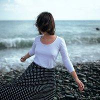 Девушка в белой футболке гуляет по берегу моря во время урагана :: Lenar Abdrakhmanov