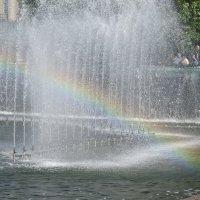половина радуги в половине фонтана :: Sabina