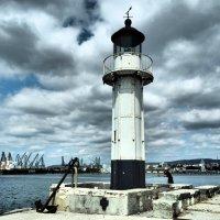 Маяк, чья башня привлекает взор скорей фотографа, чем морехода... :: Swetlana V