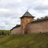 Сторожевая башня и стена Новгородского Кремля... :: Cергей Павлович