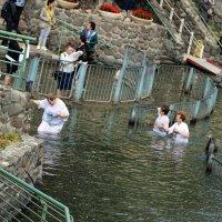 Паломники на реке Иордан. Израиль :: Валерий Подорожный