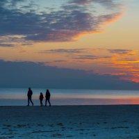 Вечерняя прогулка по набережной :: Александр Довгий