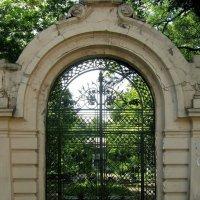 Одесса. Ворота на Французском бульваре. :: Юрий Тихонов