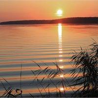 Закат на озере :: Влад Чуев