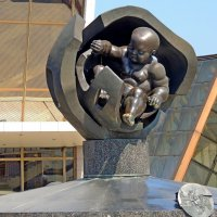 Золотое дитя — бронзовая скульптура  Эрнста Неизвестного, установленная на Морском вокзале Одессы :: Юрий Тихонов