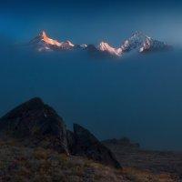 горы освещенные солнцем  торчат из облаков :: миша горбачев