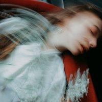 Размытый портрет девушки в белой рубашке с цветами в руках :: Lenar Abdrakhmanov