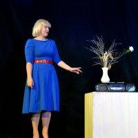 Девушка, ваза, белый куб и магнитофон. :: Владимир Куликов