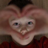 портрет мальчика с сердцем из рук :: Наталья Преснякова