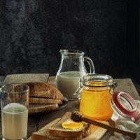 Этюд с мёдом хлебом и кефиром :: Алексей Кошелев