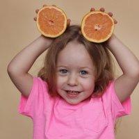 Портрет ребенка с фруктами :: Наталья Преснякова