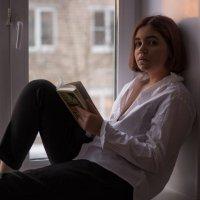 Девушка у окна :: Илья Голубков
