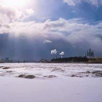 Вид со Свердловской набережной на Смольный собор. :: Олег Бабурин