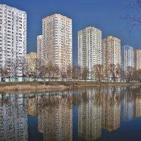 Весна, город и городской пруд :: Alexandеr P