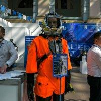 Люди на выставке :: Сергей Золотавин