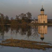 В разлив у храма Покрова :: Сергей Цветков