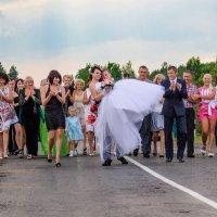 Интересно, кто придумал обряд переноса невесты на руках через мост? :: Анатолий Клепешнёв