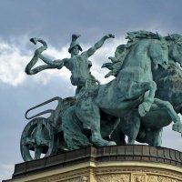 Скульптурное венчание арки королей на площади Героев. Будапешт :: Татьяна Ларионова