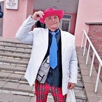 Колоритный  прохожий поздравляет ... :: Vladimir Semenchukov