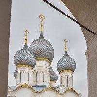 Купола Успенского  собора в Ростове :: юрий затонов