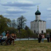 У храма Покрова... :: Владимир Шошин