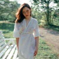 Девушка в легком белом полупрозрачном платье гуляет по цветущему весеннему саду :: Lenar Abdrakhmanov