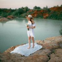 Девушка в легком белом платье гуляет по берегу песчаного карьера на рассвете :: Lenar Abdrakhmanov