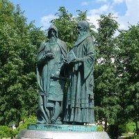 Памятник Кириллу и Мефодию в Дмитрове :: Лидия Бусурина
