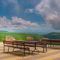 Смотровая площадка и летнее кафе на перевале Гум- Баши :: Сергей Сабешкин